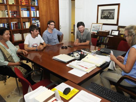 Units Podem Més escenifica su acuerdo para el Senado en una notaría