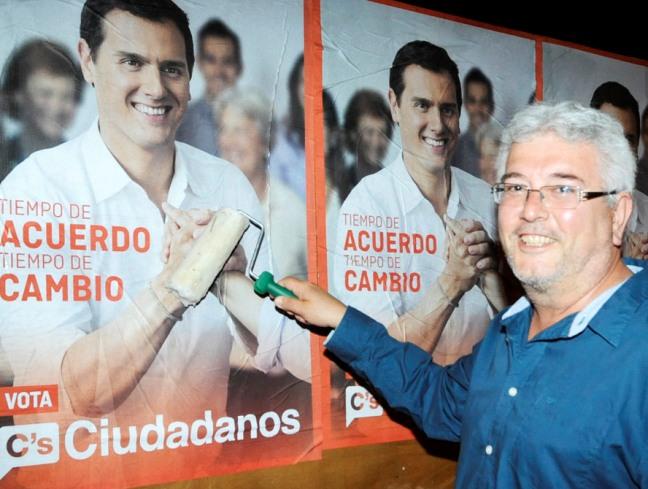 Manel Bonmatí pegó el cartel de Albert Rivera en Sant Lluís.