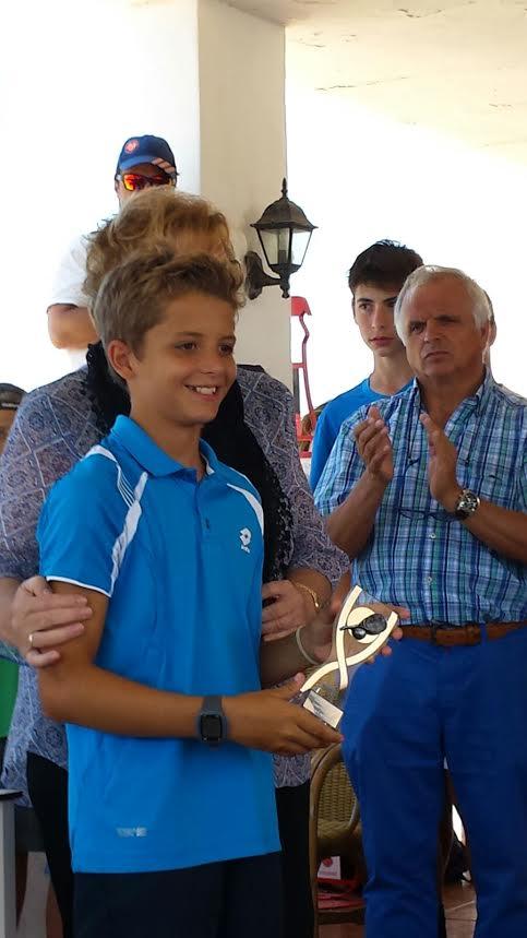 Felipe Virgili, recibiendo el trofeo.