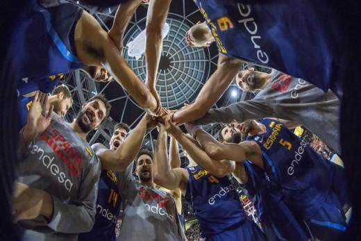 Foto de piña de la selección española tras un partido.