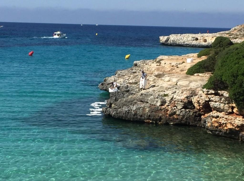 Imagen de los servicios de emergencia con las mantas en aguas de Ciutadella (Foto: CIME)
