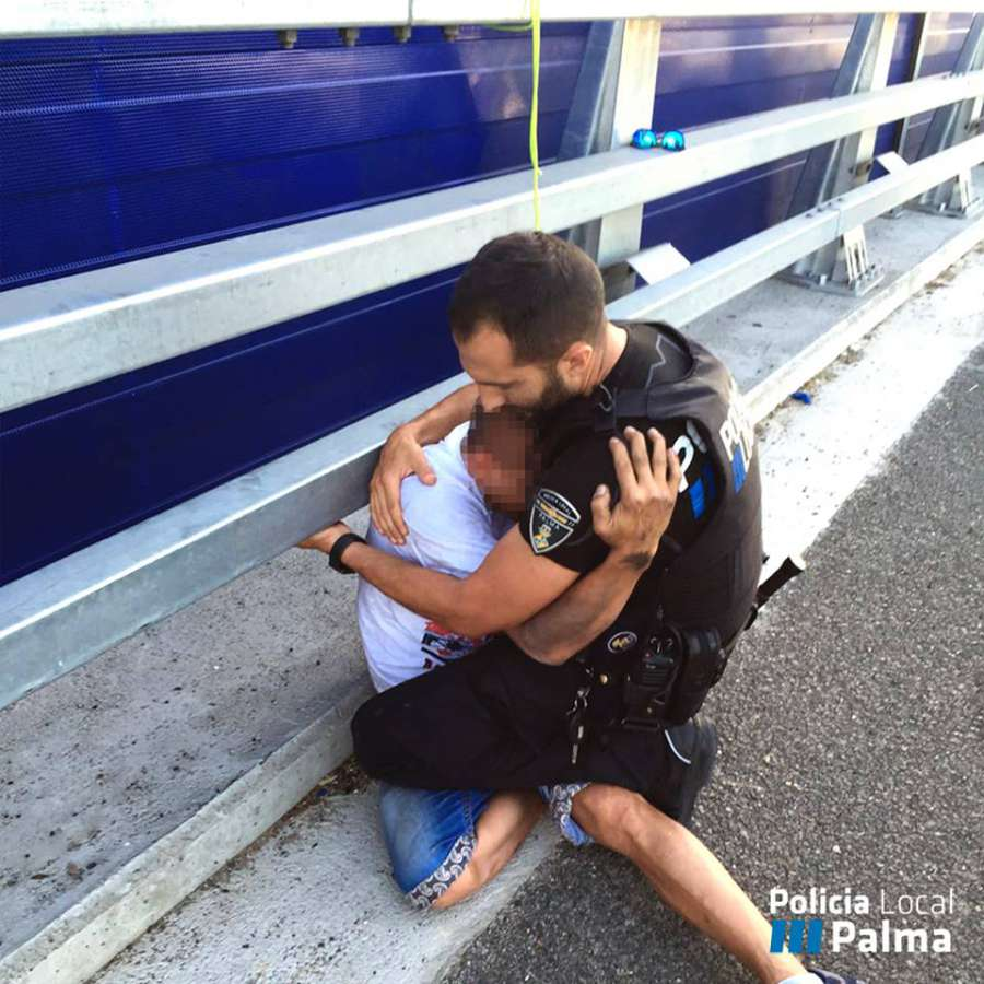 Imagen del Policía Local consolando al joven.