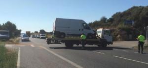 La furgoneta afectada, sobre la grúa.