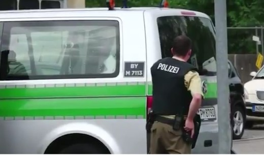 Un policí en Múnich acordonando la zona del tiroteo.