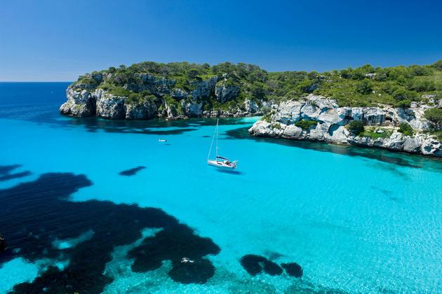 Playa de Macarella, en Ciutadella, en la imagen que acompaña al artículo.