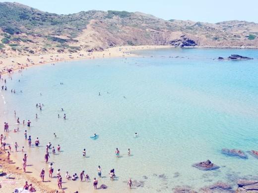 """La televisiva y """"baloncestística"""" Ana Albadalejo se deja seducir por Menorca"""
