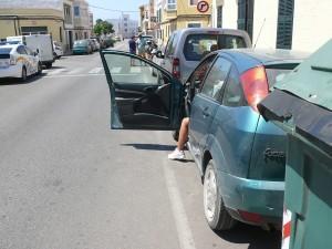 La caída se produjo tras abrir una de las puertas del coche.