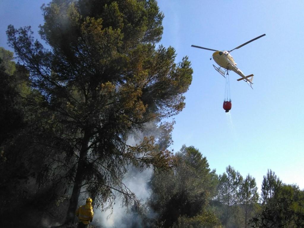 El helicóptero del Ibanat sigue actuando en la zona para prevenir un rebrote (Foto: archivo)