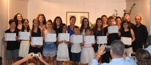 Pons, en el centro de la imagen, acompañada por sus alumnos y María José Andújar y Antoni Pons, en la entrega de diplomas.
