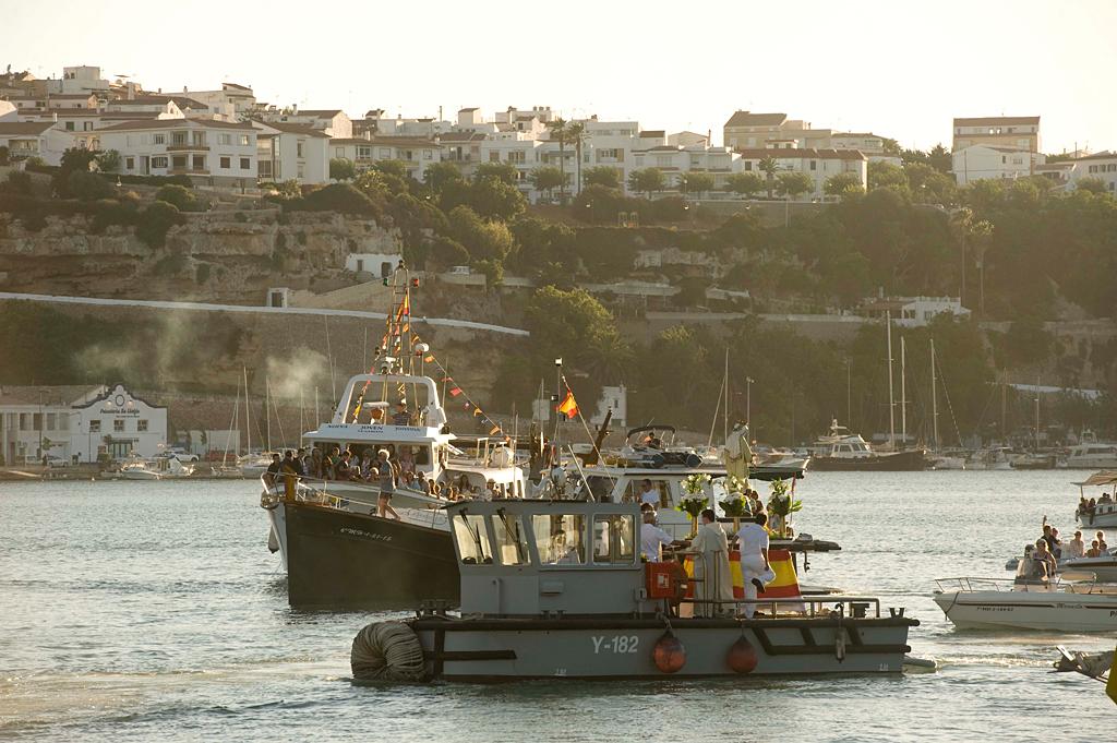 La procesión marinera del Carmen se siguió con el tradicional respeto y veneración. (Fotos: A. ARQUIMBAU)