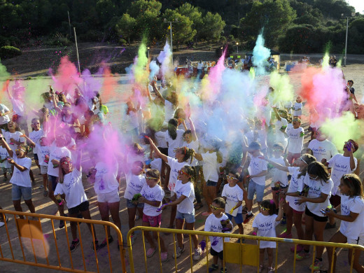 El buen rollo del Festival Holi se instala en Es Mercadal