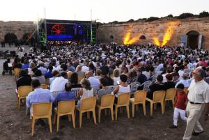 Un millar de personas aguardan al atardecer el inicio del concierto en el Hornabeque. FOTO.- Tolo Mercadal