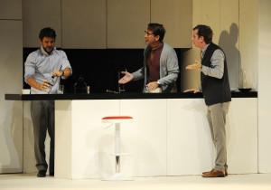 La confesión de Simón (Antonio Hortelano) revoluciona la habitual partida de cartas con Max (Antonio Garrido) y Pablo (Gabino Diego). FOTO.- Tolo Mercadal