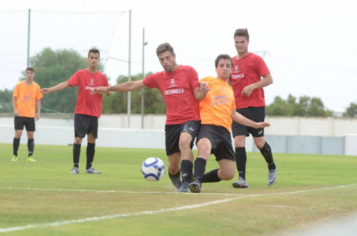 Acción de uno de los partidos de la competición de fútbol.
