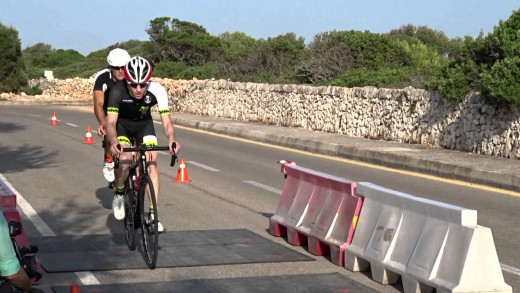 Dos triatletas, en el tramo en bicicleta del año pasado.
