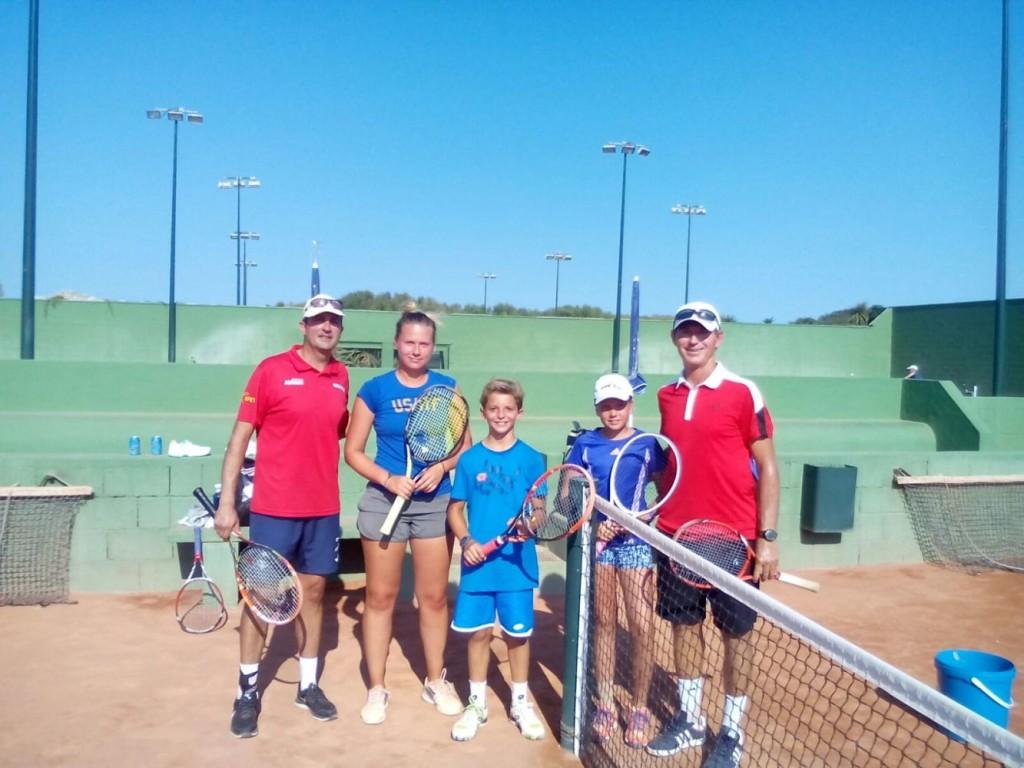 Rineberg, Ruz y  Virgili  en las pistas del Club de Tenis de Mahón.