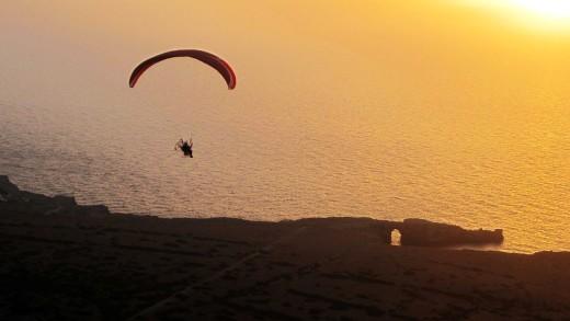 Imagen de archivo de un parapente volando sobre Menorca.