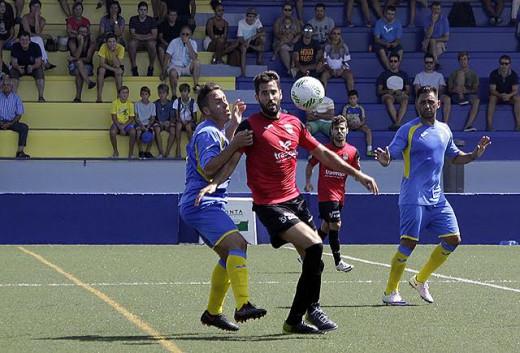 Kelio trata de frenar a Liñán (Fotos: deportesmenorca.com)