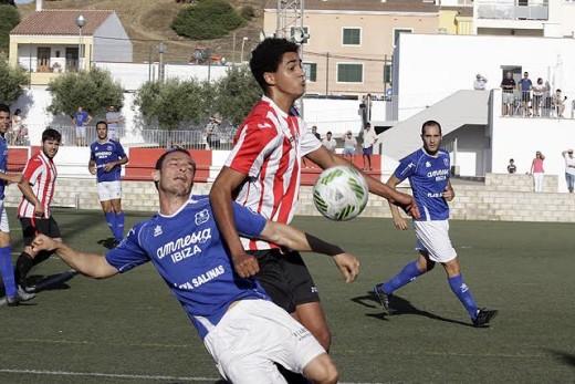 Chris pelea por un balón en una acción del partido (Fotos: deportesmenorca.com)