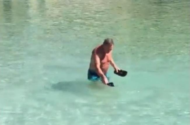 Hay quien caza medusas en la playa con sus chanclas.