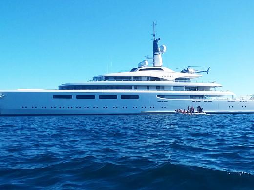 Vava II: un megayate de seis pisos y con una piscina que adapta su profundidad atraca en Fornells