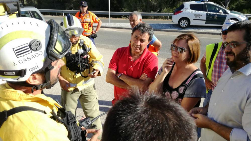 Autoridades y bomberos.