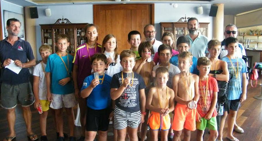 Foto de la familia de los ganadores y participantes.