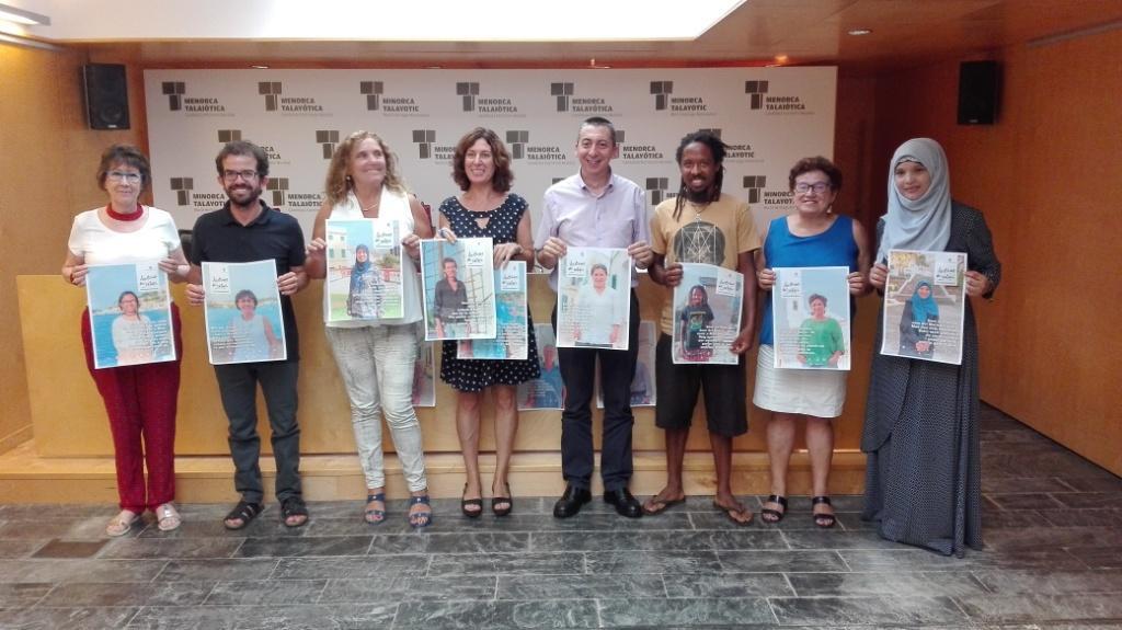 """Los responsables institucionales junto a varios protagonistas de las """"Històries del català""""."""