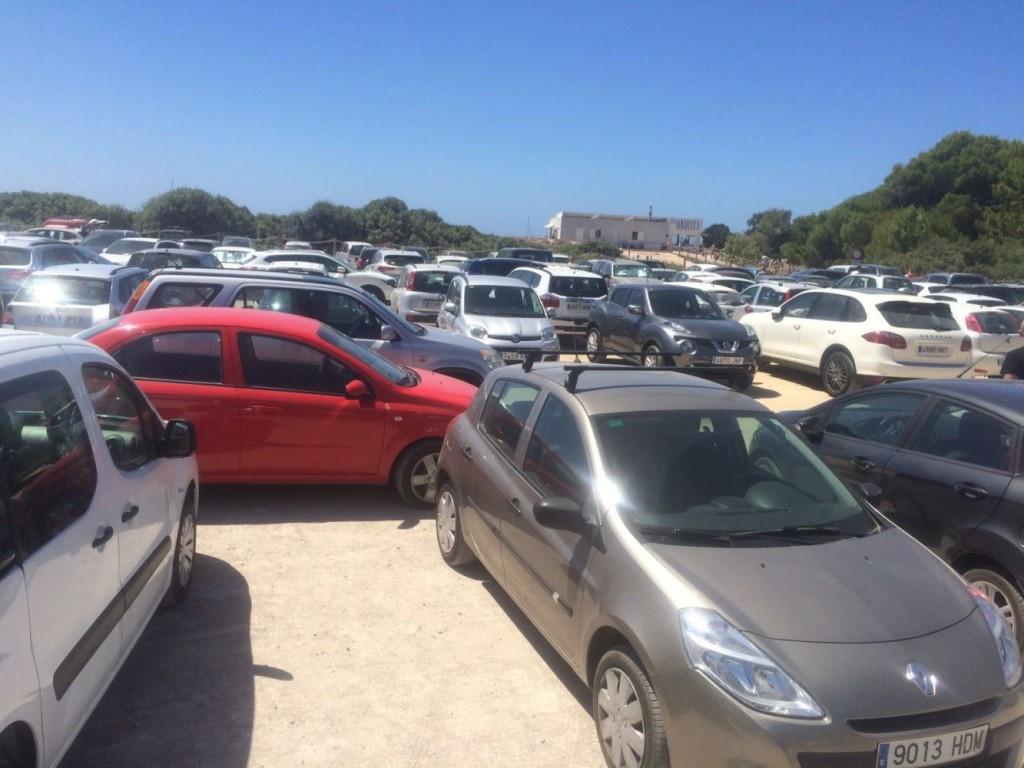 Coches en el parking de Son Bou, en Alaior.