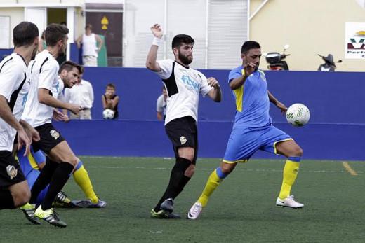 Juanlu controla ante Bueno (Fotos: deportesmenorca.com)
