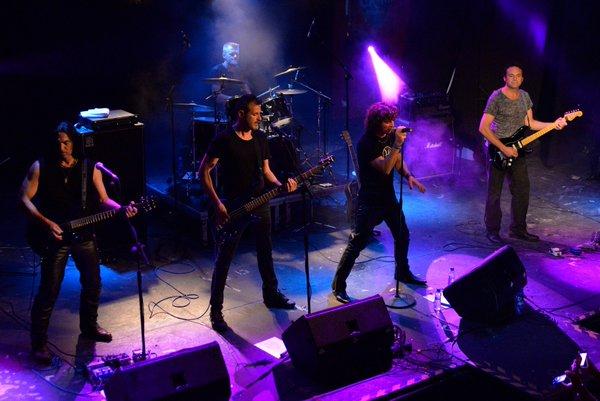 """La """"Héroes Tribut Band"""", en un concierto."""
