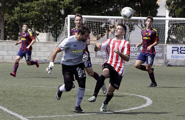 Molondro despeja ante Elliot en una secuencia del partido (Fotos: deportesmenorca.com)
