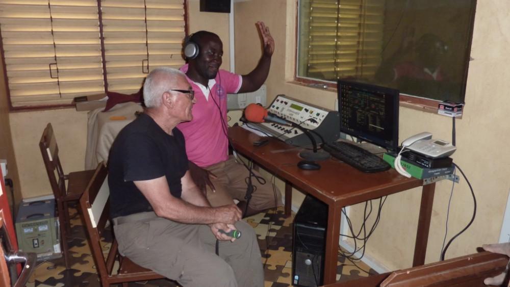 Manolo Bonet en la radio de Binde que se construyó con mucha participación menorquina.