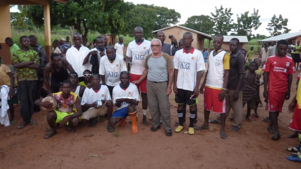 Bonet junto a los jóvenes del equipo de fútbol con camisetas cedidas por el  Manchester United.