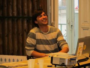 El entrevistado, durante una charla.