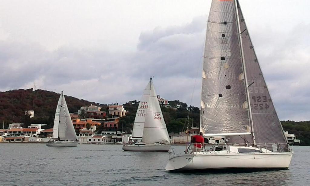 """El """"Alba III"""", en primer término, durante la regata."""