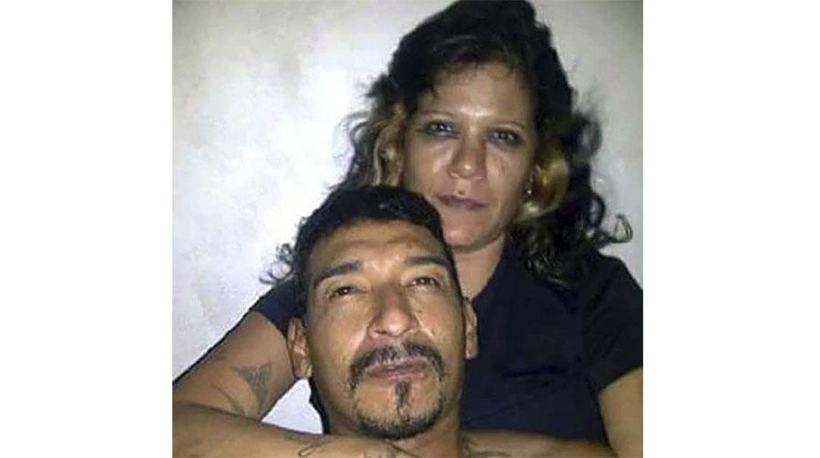 """Fotografía de la pareja que se adjunta en el mensaje de """"whatsapp""""."""