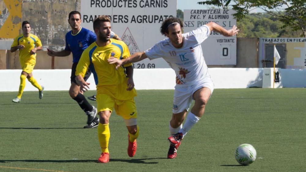 Izan trata de frenar a un jugador del Felanitx (Fotos: Pep Sila - futbolbalear.es)