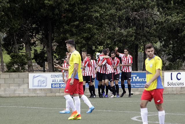 Celebración del primer gol del Mercadal (Fotos: deportesmenorca.com)
