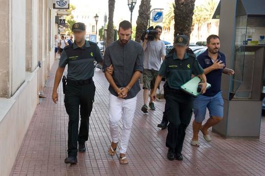 El presunto parricida declaró ante el juez en Ciutadella. Foto: David Arquimbau