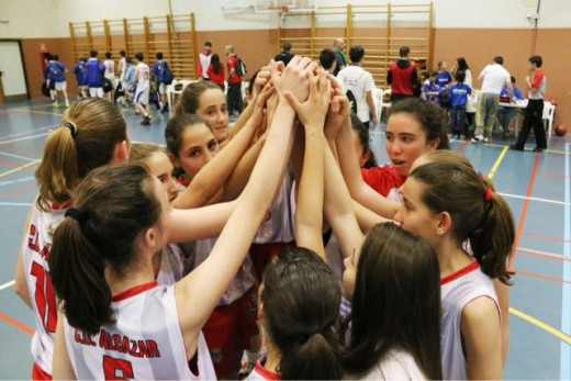 Saludo de un equipo femenino del Alcázar al acabar un partido.