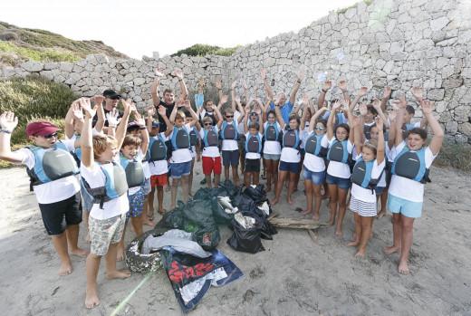 Los chicos del CM Mahón, en la jornada de limpieza (Fotos: Nico Martínez)