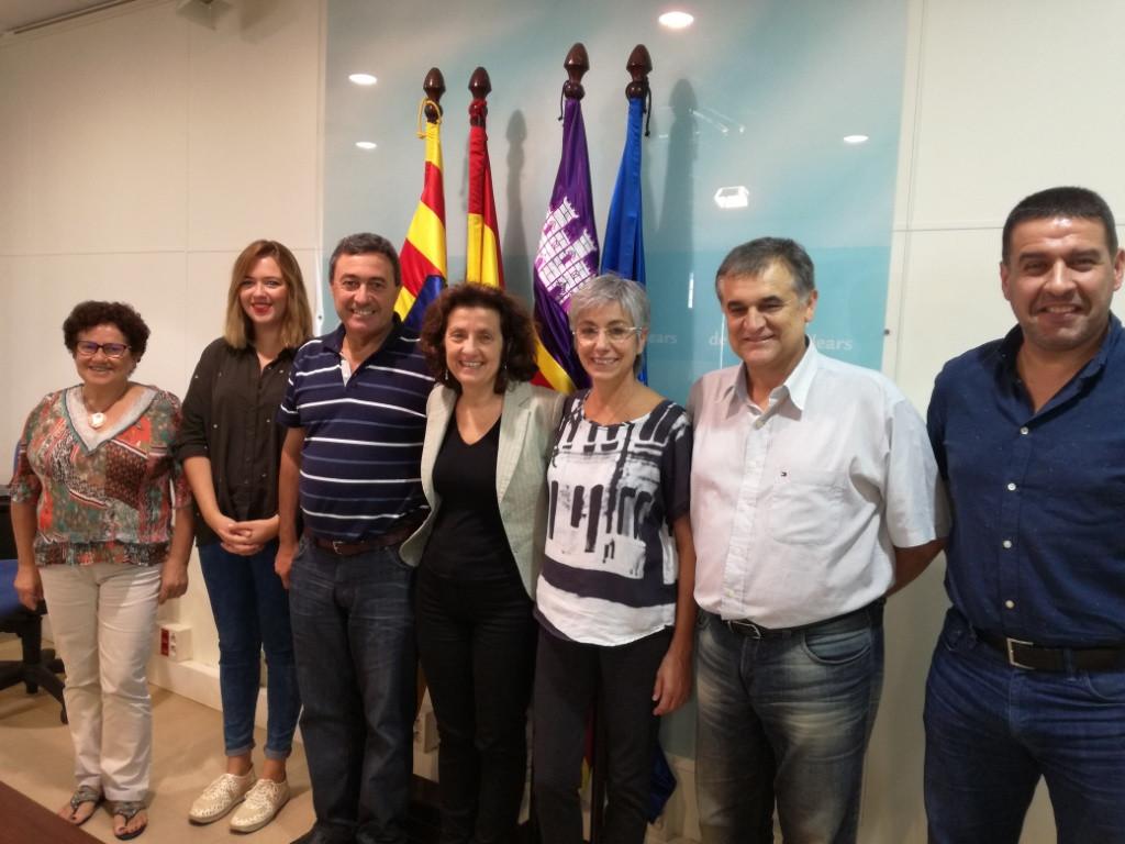 Fina Santiago con los alcaldes y regidores que han suscrito el convenio.