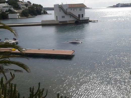"""(Secuencia de fotos) Un pequeño """"tsunami"""" en el puerto de Maó"""