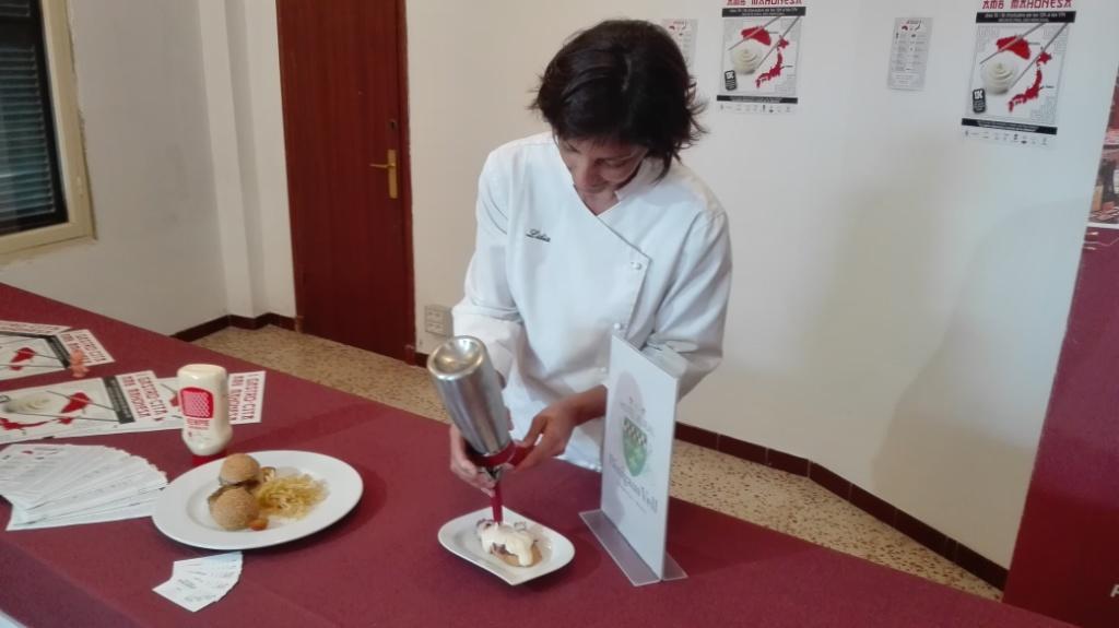 Una de las restauradoras prepara el plato que servirán con mahonesa Kewpie