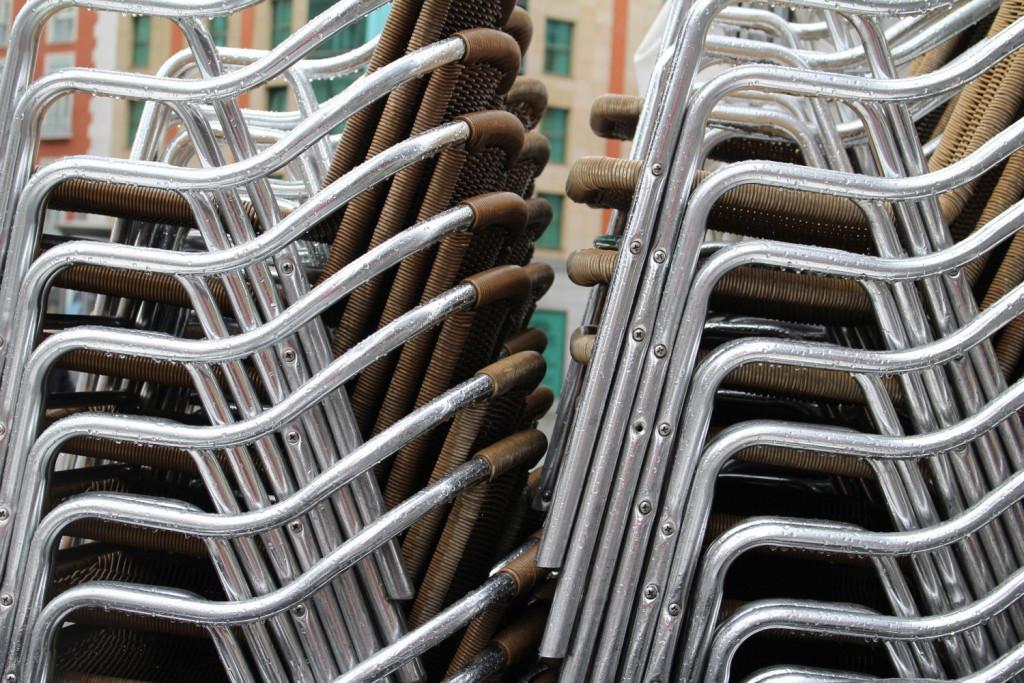 Sillas apiladas esperan a ser usadas en las terrazas más allá de las diez de la noche