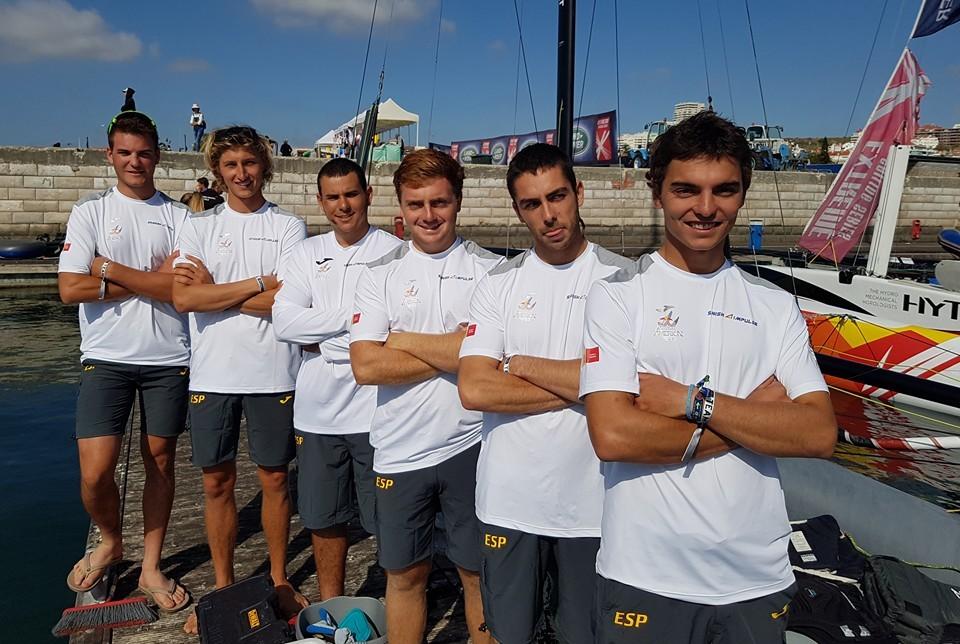 Joan Cardona, el primero por la izquierda, junto al resto de tripulantes.
