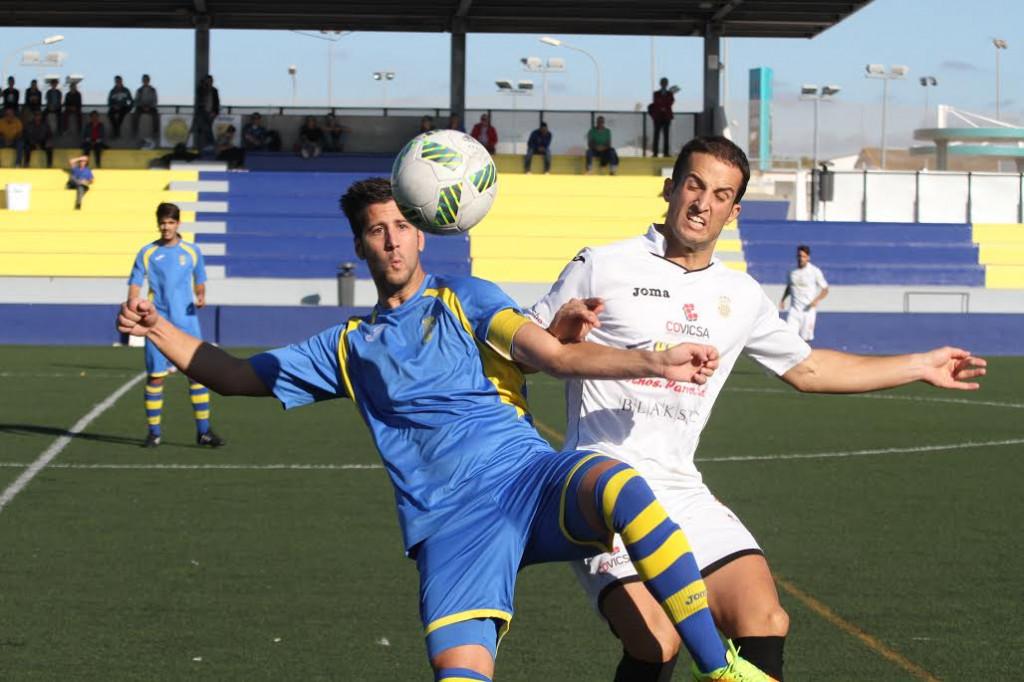 Llonga pelea con Diego Piquero (Fotos. deportesmenorca.com)
