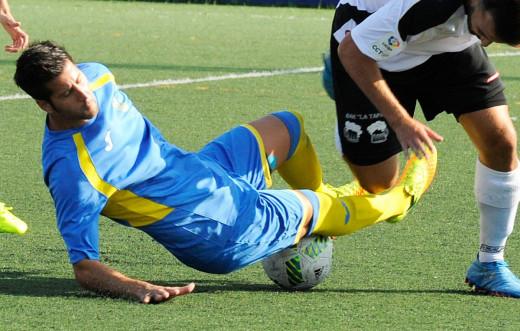 Llonga disputa un balón (Fotos: Tolo Mercadal)