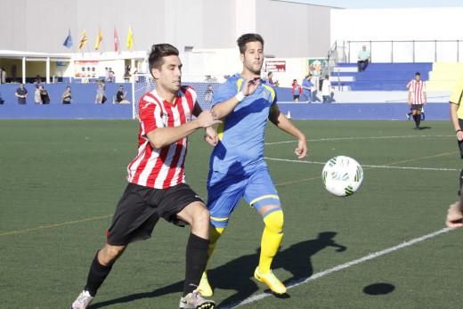 Marcos y Llonga pelean por un balón durante el partido (Fotos: deportesmenorca.com)
